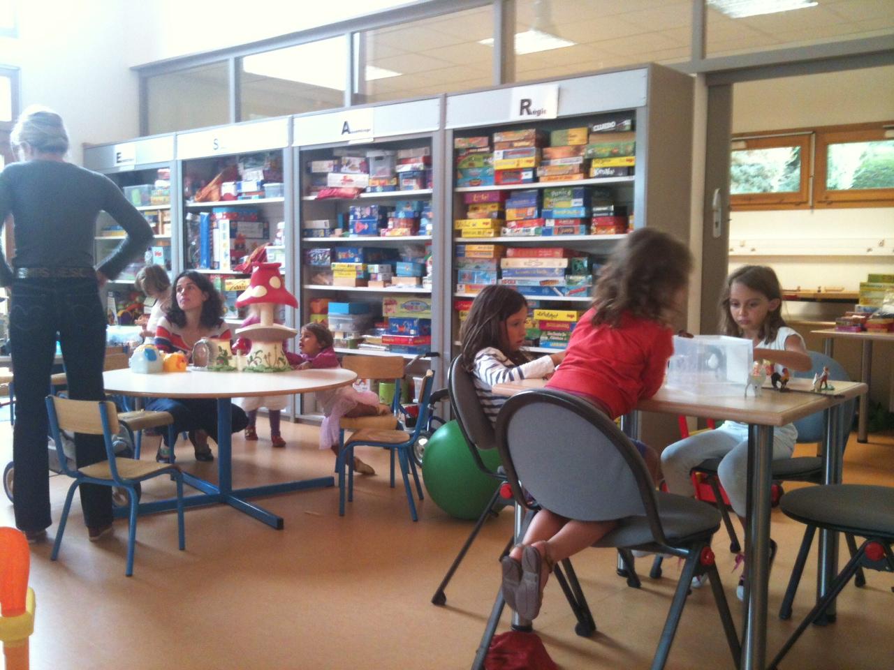 Enfants et parents jouent à la ludothèque
